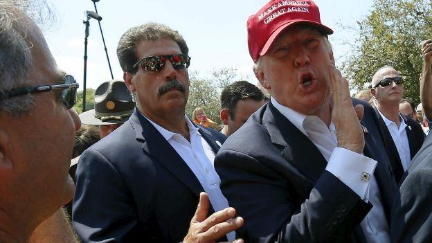 Donald Trump retira a un manifestante- Gregorio Martínez.