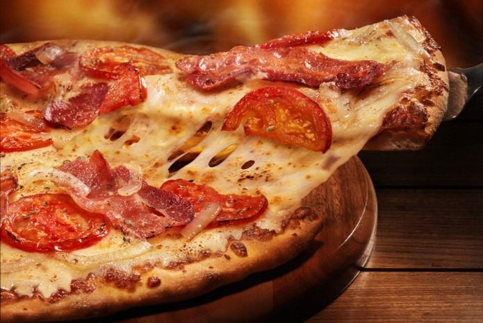 """La pizza, las papas fritas y el helado podrían ser la clase de alimentos que a muchos nos encanta comer tras una noche de copas. Pero una investigación que se hizo hace unos meses indica que podríamos tener resacas causadas por estos alimentos e incluso que podría haber indicios de una adicción.  Los investigadores se han preguntado desde hace más de un siglo si nos hemos vuelto adictos a la comida. Ha habido reportes de personas que pierden el control sobre la cantidad de alimentos que consumen y que padecen la abstinencia cuando los dejan de tajo, como ocurre con las adicciones a las drogas o al alcohol. A estas alturas, muchos expertos coinciden en que la adicción a la comida puede ser un verdadero problema, al menos en el caso de ciertos alimentos.  Por primera vez, un grupo de investigadores analizó exactamente qué clases de alimentos podrían ser los más adictivos. Le hicieron a un grupo de 120 estudiantes de la Universidad de Michigan y a otro grupo de casi 400 adultos preguntas sobre 35 tipos diferentes de alimentos (desde pizza hasta brócoli) y les preguntaron si pensaban que podrían tener problemas para controlar cuánto comían de cada uno. Dieciocho de los alimentos eran procesados, lo que significa que se les agregan azúcares y grasas.  Lee: ¿Por qué tienes hambre todo el tiempo?  Al principio de la lista estaban la pizza, el chocolate, las frituras, las galletas, el helado, las papas a la francesa, el pastel y el refresco, a los que se consideran alimentos procesados. Les seguían el queso y el tocino (alimentos no procesados pero ricos en grasas y sal). Las frutas y las verduras (fresas, zanahorias y brócoli, por ejemplo) estaban en el fondo de la lista.  """"Este estudio revela que los alimentos altamente procesados podrían fabricarse intencionalmente para que sean muy satisfactorios a través de la adición de grasas y carbohidratos refinados como la harina y el azúcar, de forma similar a cómo se procesan las drogas para incrementar su potencial adictivo"""", d"""