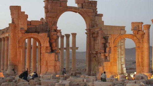 El Estado Islámico ata a rehenes a columnas y los hacen estallar
