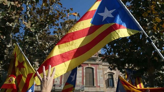 simpatizantes-del-movimiento-independentista-celebran-la-resolucin-del-parlamento-cataln