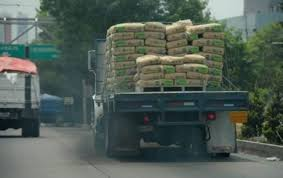 Los vehículos de carga generan partículas de dióxido de carbono.