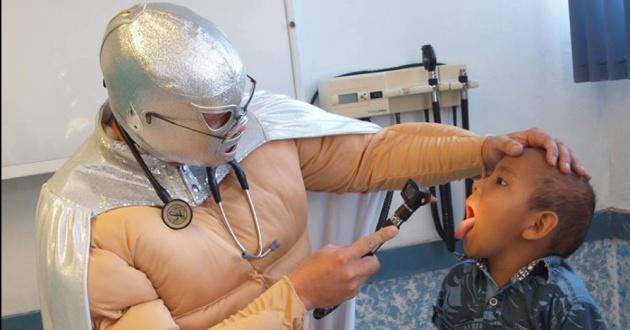 Sergio Gallegos, el médico mexicano que combate la leucemia disfrazado de superhéroe.