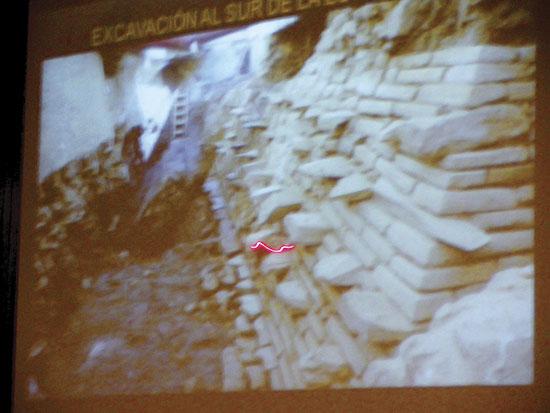 Descubren restos de gran edificio mexica.