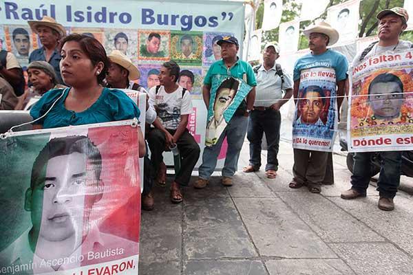 Padres de los 43 normalistas de Ayotzinapa.