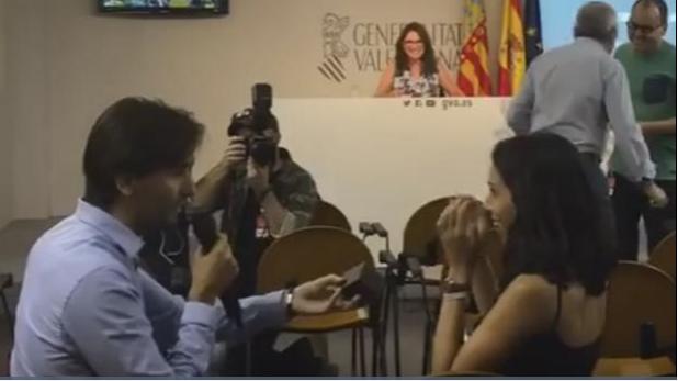 Pide matrimonio a su novia durante rueda de prensa- Gregorio Martínez.