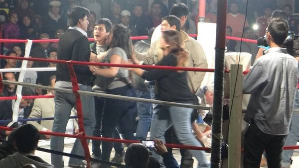 Tras el KO técnico bien decretado por el árbitro del combate, un grupo de allegados a Abregú subió al ring. Uno de ellos agredió a Pedrozo, pero éste no contestó la agresión. Foto: Clarín