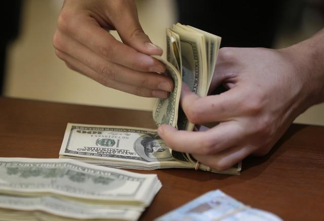 El dólar libre alcanzó un precio máximo a la venta de 20.18 pesos, dos centavos menos respecto al cierre del pasado viernes. Foto: Cortesía