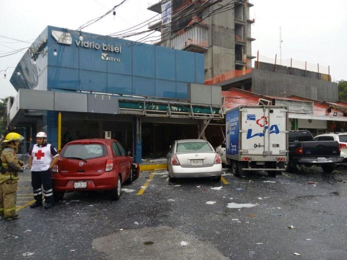 Debido a la onda expansiva, gran cantidad de vehículos sufrieron daños, confirmó Protección Civil de San Pedro. Foto: Cortesía Radio Fórmula