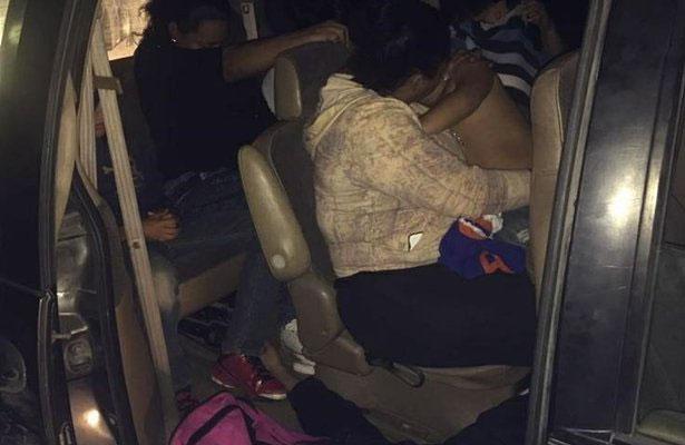 Los hombres transportaban a nueve personas que no pudieron acreditar su legal estancia en el país (tres mujeres, tres hombres y tres menores de edad). Foto: Cortesía