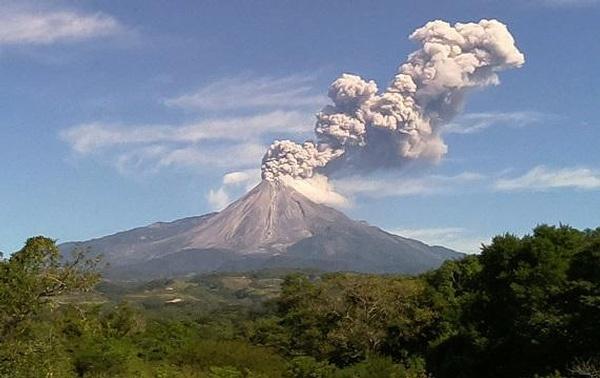 El Sistema Nacional de Protección Civil, determinó prolongar durante al menos 24 horas el perímetro de exclusión de 12 kilómetros a partir del cráter del Volcán. Foto: Cortesía