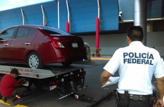 Los automóviles que ofrecen este tipo de servicio faltan constantemente al reglamento de tránsito al estacionarse en doble fila. Foto: Cortesía