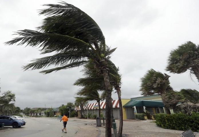 El huracán era una tormenta de categoría 4 potencialmente catastrófica, pero en la madrugada de este viernes se debilitó ligeramente a categoría 3.