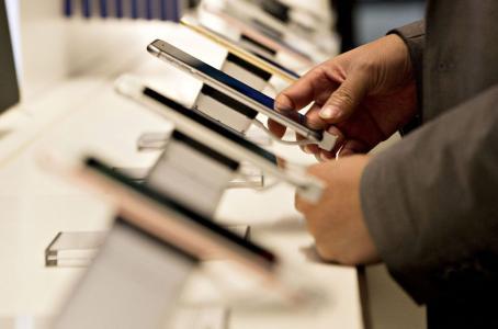 Optimismo por el nuevo iPhone lleva a nivel récord a acciones de Apple