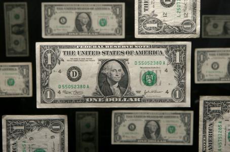 Dólar en 19.80 pesos, a la espera de la subasta de coberturas del Banxico