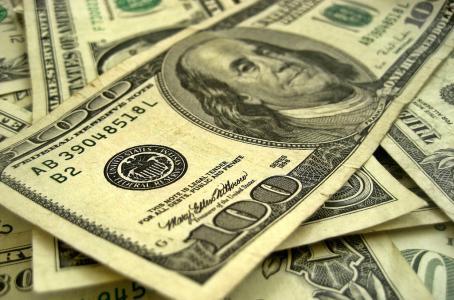 Al dólar ni el 'Sol lo calienta'; retrocede a 19.45 pesos en bancos