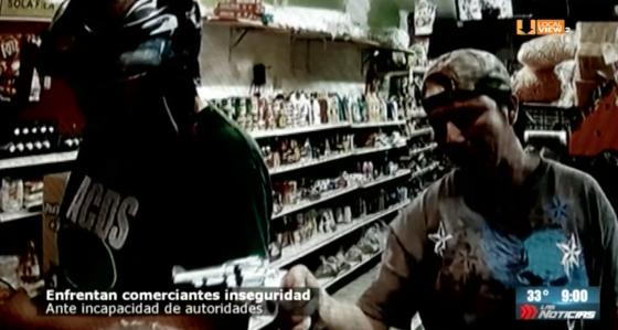 Video. El encargado de una tienda enfrenta a delincuentes y frustra asalto, en Juárez, NL
