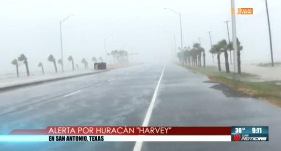 Cientos de personas llegan a los albergues en San Antonio por la llegada del Huracán Harvey