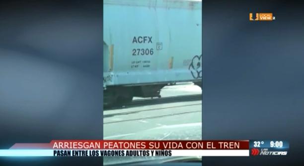 Hasta los peatones desafían al tren en la zona metropolitana de Monterrey