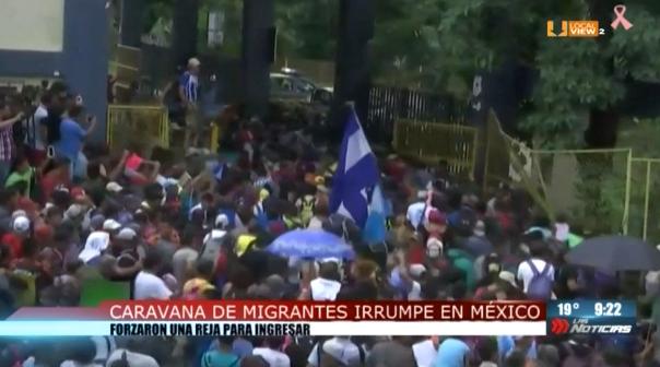 #Video del momento en que miles de migrantes irrumpieron en la frontera entre México y Guatemala. #CaravanaMigrante