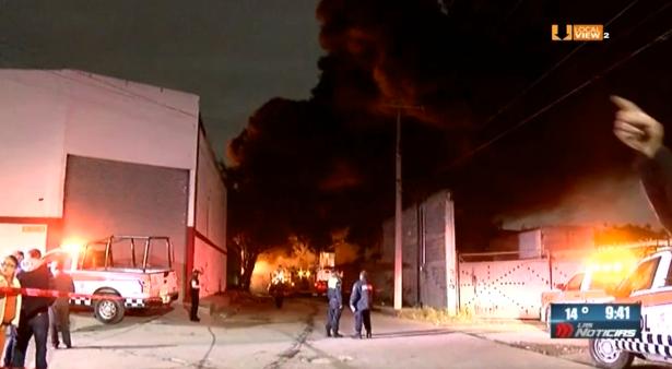 Un fuerte incendio consumió una bodega en Escobedo