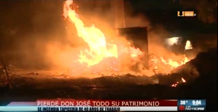 Una tradicional tapicería de Monterrey quedó reducida a cenizas. El incendio pudo haber sido provocado